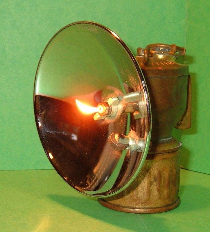 Carbide_lamp_lit.jpg
