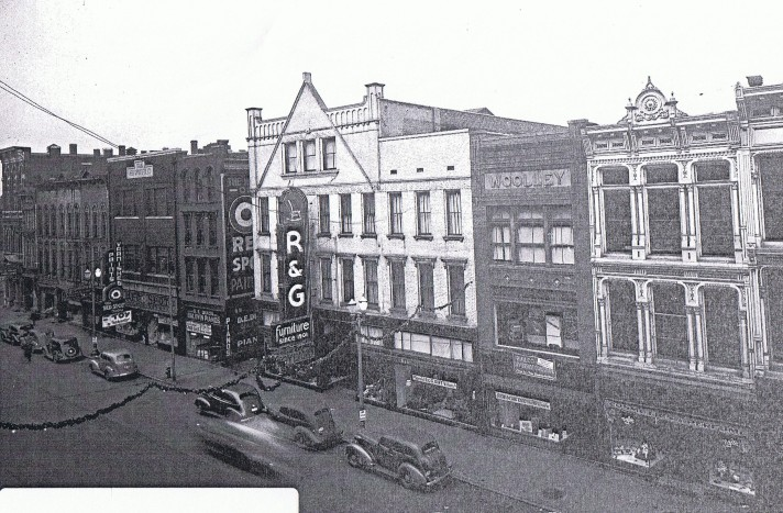 Main St, 100 block (1938 Dec 18).jpg